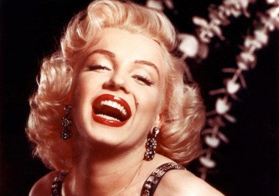 Marilyn Monroe a hivatalos verzió szerint Nembutal-túladagolásban hunyt el 1962. augusztus 5-én, de az önkezűséget sokan kizárják a sok gyanús körülmény - a testén talált horzsolások, eltűnt bizonyítékok - miatt. A többség gyilkosságot sejt, és mivel Monroe-t sok titokba beavatták ágyasai, így a Kennedy-fivérektől a CIA-n át a maffiáig mindenkit vádolnak.