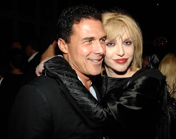 """Courtney Love-val Andre Balazs 2010-ben kezdett viszonyt, a kapcsolatuk körülbelül egy évig tartott - bár igazából évtizedek óta ismerték egymást. Az énekesnő fülig belezúgott a sármőrbe, és azt nyilatkozta akkoriban a férfiról, hogy """"ő a legédesebb dolog a világon, és igazán megbecsül engem"""". Később aztán egyre szaporodtak a féltékenységi jelenetek, decemberben a férfi egyik hoteljában, a manhattani The Standardben a vendégek is fültanúi voltak ennek - még szilveszter előtt szakítottak."""