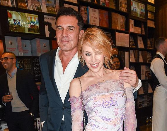 Legújabb hódításának tűnik Kylie Minogue: a 46 éves énekesnő bizalmasan bújt hozzá a sármos férfihoz, miközben kedden este lefotózták őket Londonban, a divattervező Valentino könyvének dedikálásán. Ezt követően egymásba karolva hagyták el a partit, és a férfi londoni éttermébe, aChiltern Firehouse-ba mentek. Hogy csak barátságról vagy valami többről van szó, azt egyelőre nem tudni.