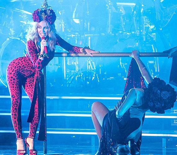 Az énekesnő egyértelműen nagyon jól érezte magát a szettben és az is igaz, neki bármiben csodálatos alakja van.