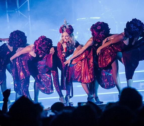 A német közönség még táncolni is láthatta a sztárt, aki ma is ugyanolyan lendületesen mozog a színpadon, mint sok évvel ezelőtt.