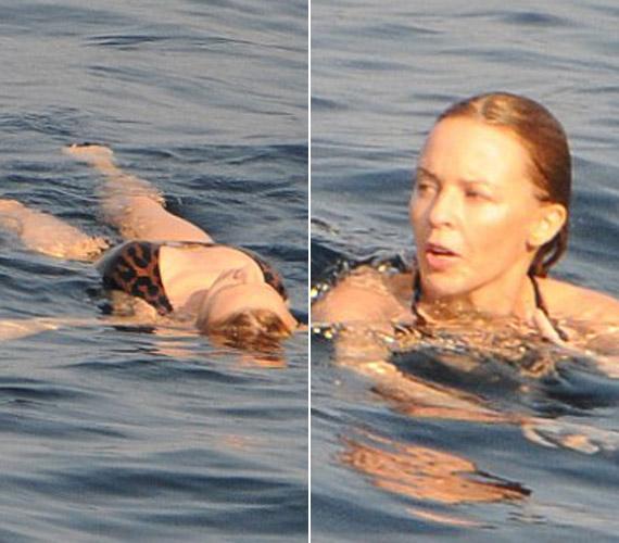 A vízben smink nélkül úszkáló énekesnő még 45 évesen is természetes szépség.