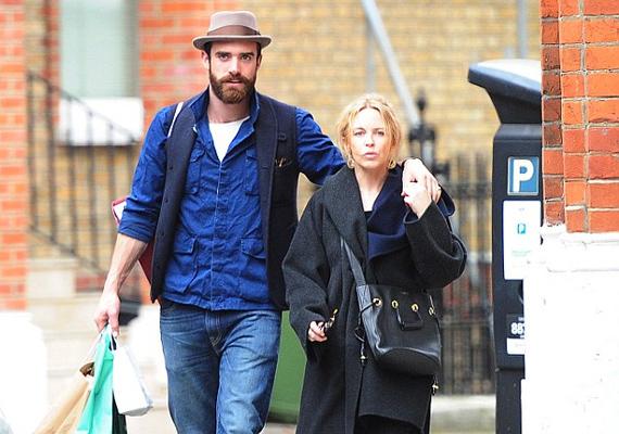 Lesifotósok kapták le Kylie-t és Joshuát, ahogy London utcáin sétálgattak. Látszik, mennyire összeszokott párost alkotnak, az énekesnő már meri előtte vállalni smink nélküli arcát is.