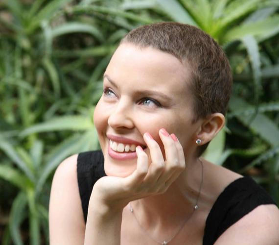 Súlyos betegsége során sem hagyta el magát, nagyon rövid frizurájából is csinos viseletet varázsolt.