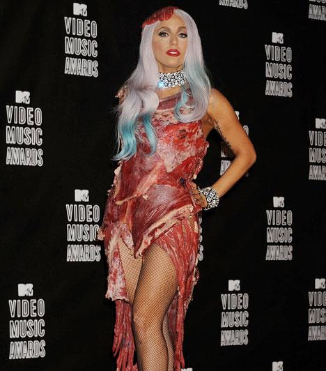 Lady GaGa és az extremitás  Az eredetileg Stefani Germanotta néven született énekesnő célja a megdöbbentés, sőt mi több, a sokkolás is, éppen ezért egy botrányos hús-bikinis címlapfotó után egy hús-estélyiben tette tiszteletét 2010 szeptemberében a MTV Video Music Awards díjkiosztó gálán.  Kapcsolódó képgaléria: Az MTV Video Music Awards legmerészebb fellépőruhái »