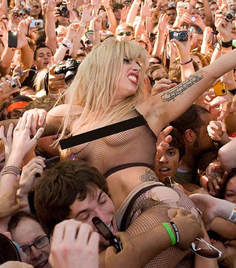 Lady GaGa és a rajongók  Lady GaGa mindent megtesz annak érdekében, hogy rajongói jól szórakozzanak a koncertjein. Ez a kép 2010 augusztusában készült a Lollapalooza nevezetű zenei fesztiválon, ahol meglehetősen alulöltözve ugrott a tomboló közönség közé.