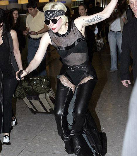 Lady GaGa és a magassarkú cipők  Lady GaGa imádja a magassarkú cipőket, ám 2010 júniusában túllőtt a célon, látványos, ám egyúttal szinte használhatatlan lábbelijében ugyanis óriásit esett mindenki szeme láttára a Heathrow reptéren.  Kapcsolódó cikk: Lady GaGa járni sem tud élete legvadabb cipőjében »