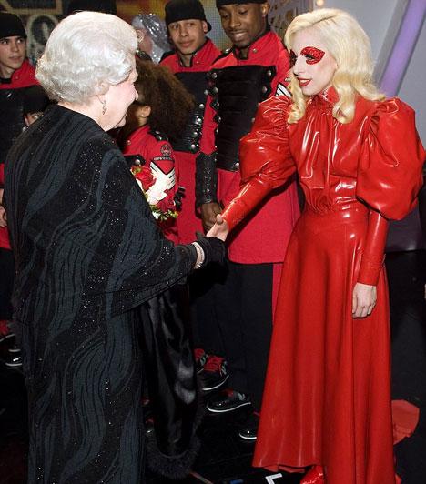 Lady GaGa és a Királynő  2009 decemberében Lady GaGa is megtekintette Blackpool városában a Royal Variety Show-t, az előadás után pedig személyesen köszönthette II. Erzsébet angol királynőt - mindezt egy vörös latexruhában.  Kapcsolódó címke: Lady GaGa »
