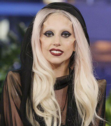 Lady GaGa és trükkjei  A többszörös Grammy-díjas popsztár imidzsének elengedhetetlen része az állandó meglepetés, a trükkökből pedig egyelőre nem fogyott ki: ezekkel az implantátumokkal az arcában adott például egy interjút 2011 februárjában a Good Morning America nevű reggeli beszélgetős műsorban, a hatás pedig nem maradt el.  Kapcsolódó cikk: Lady GaGa olyat mutatott, amitől eláll a lélegzeted »