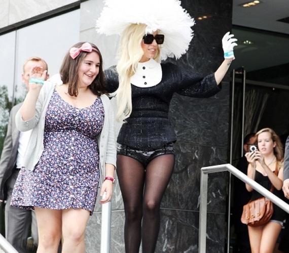 Lady GaGáról sok rosszat mondtak már, de azt még legcsípősebb nyelvű kritkusai is elismerik, hogy a díva a tenyerén hordozza a rajongóit.