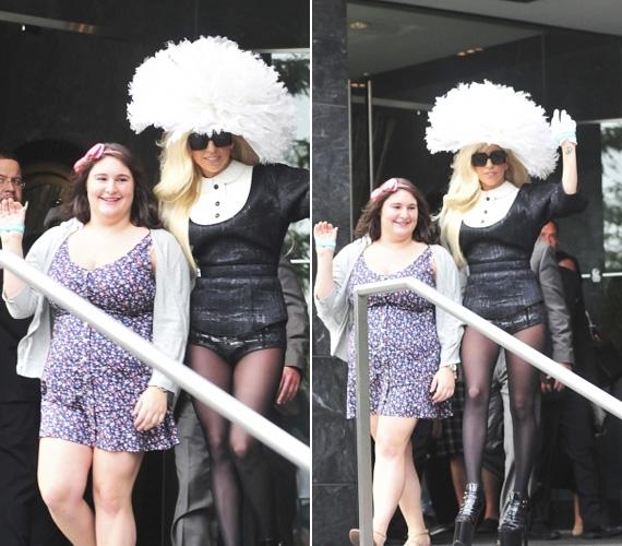 Őladysége gigantikus kalapban, napszemüvegben és begombolt zubbonyban fogadta rajongóját, alulra viszont csak egy fekete bugyit húzott.