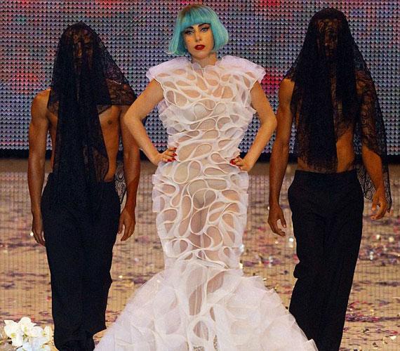 Lady GaGa legalább annyira ismert különc öltözködési stílusáról, mint slágereiről - Kölnben sem okozott csalódást rajongóinak.