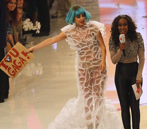 Az egyik rajongója egy transzparenssel kedveskedett neki, amin egy rövid üzenet állt: szeretlek GaGa, vigyél be a színfalak mögé!