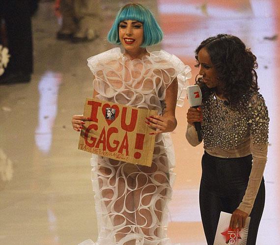 A popdíva örömmel pózolt kezében a táblával, ám azt nem lehet tudni, hogy végül valóra váltotta-e rajongója álmát.