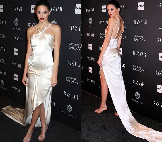 Kendall Jenner egy fehér selyemruhában jelent meg.