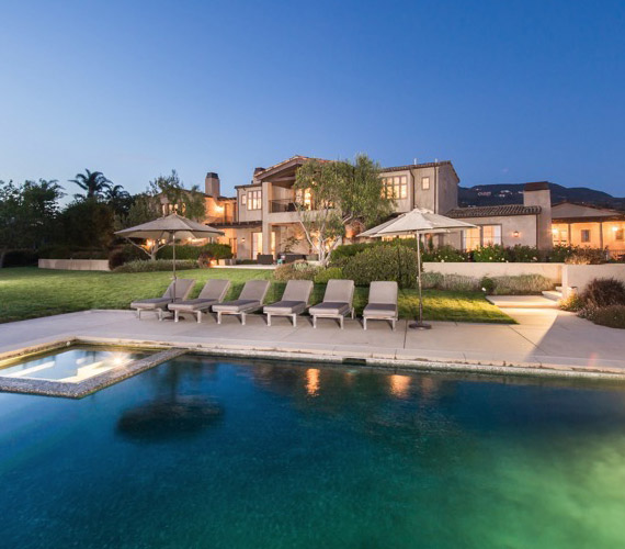 Hat hektáros területen áll a ház, a medence sós vizű.