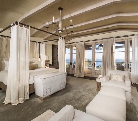 A fő lakosztály Gagáé, melyben kandalló és baldachinos ágy is található.