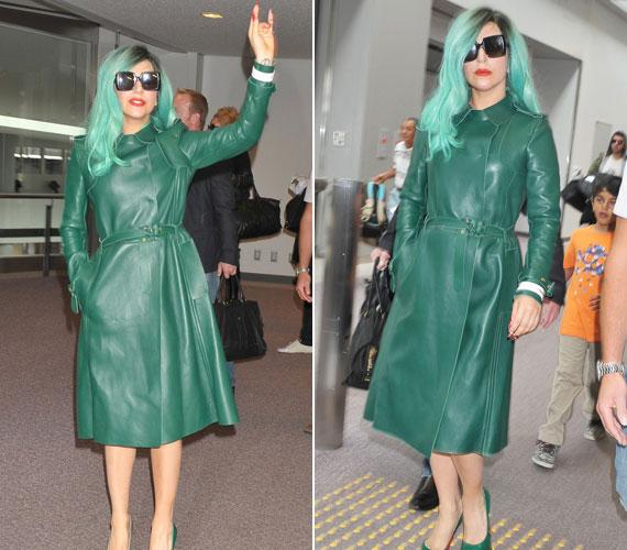 Lady GaGa örömmel integetett rajongóinak és pózolt a fotósoknak, akik már alig várták, hogy a gépe landoljon.