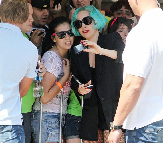 Felejthetetlen pillanat: Lady GaGa többször is valóra váltotta rajongói álmát, akikkel közös képen pózolt.