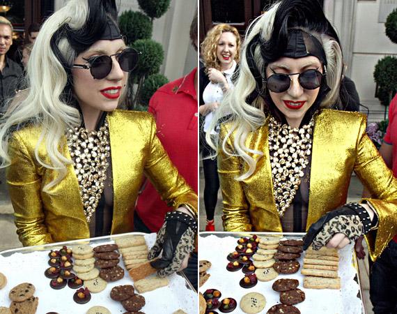 A rajongók süteményekkel kedveskedtek GaGának, amikor elhagyni készült a szállodát.