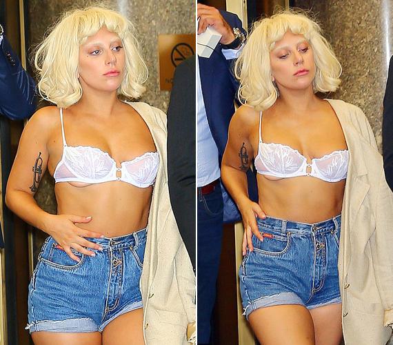Az énekesnő, ahogy azt tőle már megszokhattuk, nagy magabiztossággal lépkedett a falatnyi ruhadarabokban. Látszólag az sem zavarta, hogy egyik melle kissé kilógott a melltartóból.