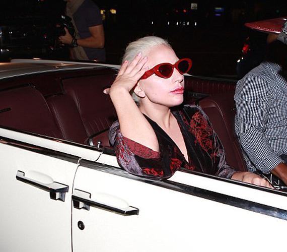 A fotók tanúsága szerint Lady Gaga nagyon kényelmetlenül érezte magát az eset miatt, fej- és kéztartásából ítélve alig várta, hogy az autó elinduljon.