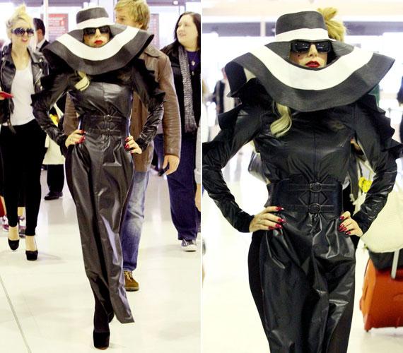Július folyamán ebben a latex ruhában érkezett meg a Sydney repterére, amiben úgy festett, akár földönkívüli.