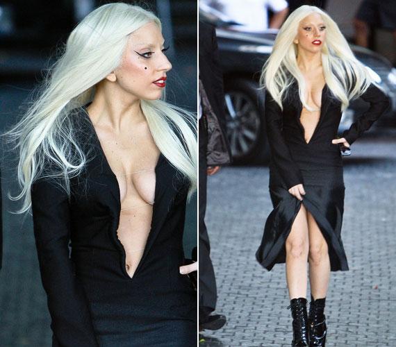Ha csak a szállodájából távozik, Lady GaGa akkor sem bízza a véletlenre: ehhez fogható merész dekoltázssal például nem sokszor találkozhatunk.