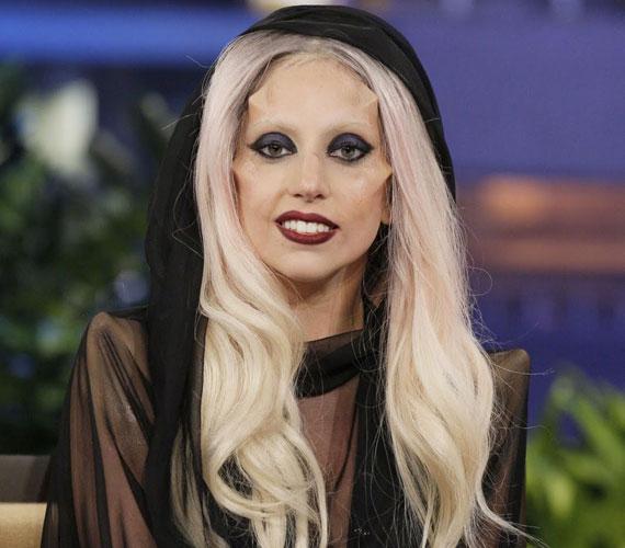 Lady GaGa februárban így jelent meg Jay Leno műsorában, átlátszó, fátyolos ruháján túl az arcába ültetett szarvacskákkal sokkolta a nézőket.