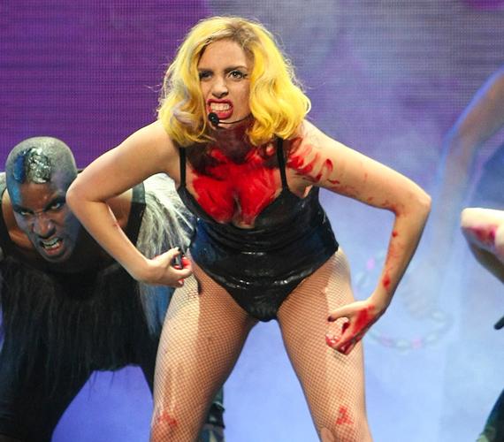 A Born This Way albumot népszerűsítő fellépései tele vannak bizarr jelenetekkel: művérrel, koporsóval és meztelenkedéssel.