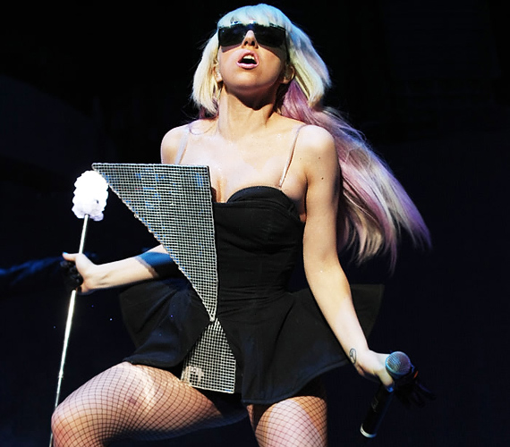 Ez fellépőruha Lady GaGa legújabb szerzeménye, júniusban láthatták rajta először rajongói. Abban meg már csak reménykedni tudunk, hogy nem vécékefét tart a kezében.