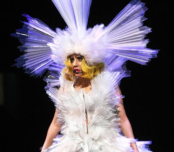 New York-i fellépésén is kitett magáért, gigantikus fehér koronájában a fejét is alig bírta mozdítani.