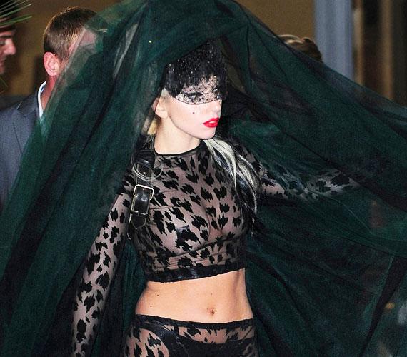 GaGa ezt az átlátszó, gigantikus fátyollal kiegészített göncöt a londoni ITV stúdióba menet kapta magára, amikor elindult a felvételre a hotelból.