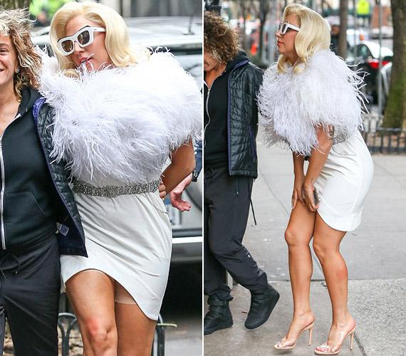 Járás közben felhúzódott Lady Gaga szoknyája, emiatt villant ki a Spanx.