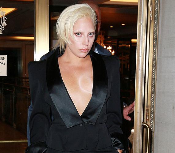 Lady Gaga akkor sem fél mélyen dekoltált ruhában megmutatni magát, amikor a fotósok vakuja miatt minden bőrhibája jobban látszik.