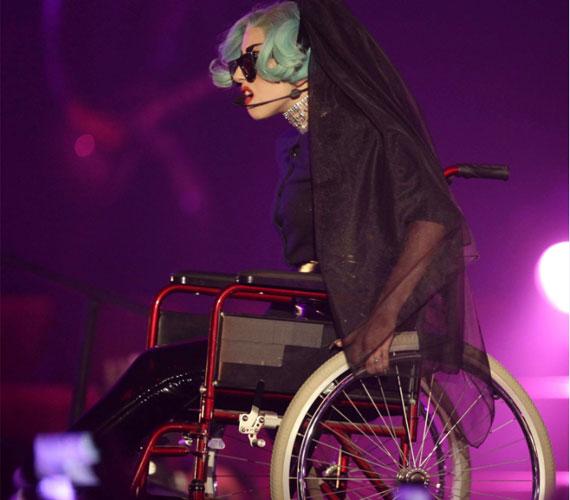 Lady GaGa még mindig képes meglepni a közvéleményt - tolószékben például még sosem lépett színpadra.