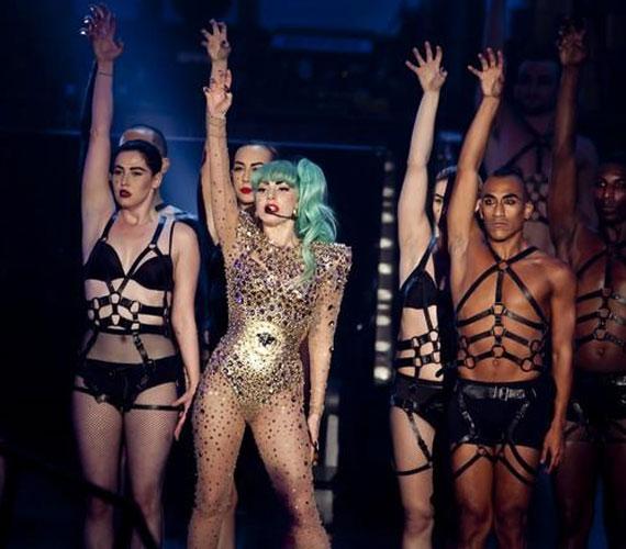 A látványos showműsor hangulatának fokozásához rengeteg háttértáncos járult hozzá, akikkel Lady GaGa is együtt táncolt.