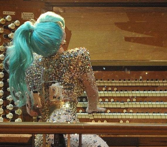 Zöld paróka és csillogó kosztüm: Lady GaGa Ausztráliában is kitett magáért, de legalább kiderült, hogy tud orgonálni.