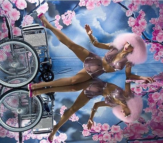 David LaChapelle divatfotós képein régebben már pózolt tolószékkel, és a Paparazzi című klipben is felhasználta ezt a kelléket.