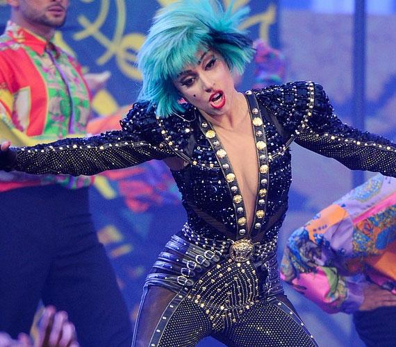 Lady GaGa két számát adta elő a torontói aréna színpadán, több fellépőruhát is felvonultatott.