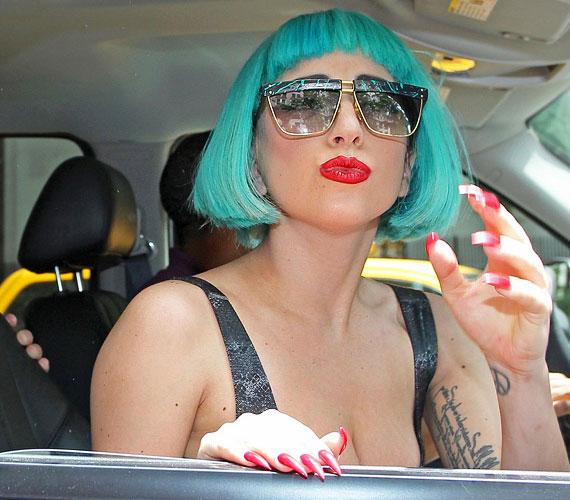 Az énekesnő mindig készségesen áll az érdeklődők rendelkezésére, dedikál, fotózkodik velük és csókot dob nekik.