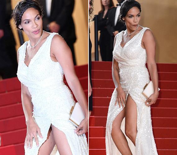 Rosario Dawsonon a lépcső fogott ki. Merészen hasított ruhájában ugyanis kilátszott a fehérneműje.