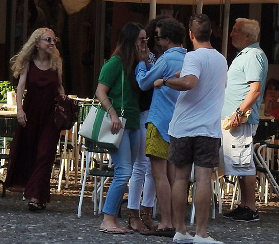 Párja és ő az egész hétvégét a barátokkal töltötte Malibuban, a lesifotósok több sorozatot is készítettek róluk. Lana és Francesco láthatóan imádják egymást.