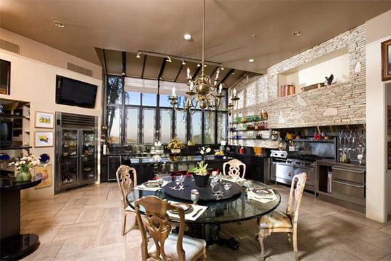 A hatalmas konyhában a legmodernebb bútorok és eszközök mellett érdekes hatást kelt az antik stílusú csillár, az asztal körül elfér a négytagú család.