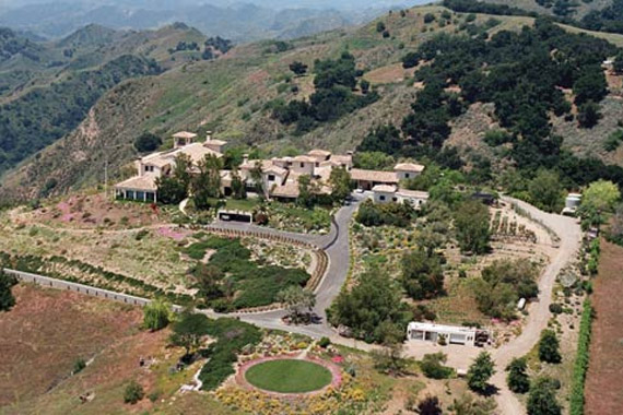 A kaliforniai Ojai városához tartozó 43 hektáros birtokot tavaly, év elején vásárolta a házaspár, a rezidencia értéke kilenc és fél millió dollár.