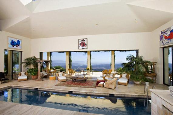 Luxusvillájukból természetesen a medence sem hiányozhat - a sztár és felesége igazi relaxálórészleget rendeztek be, nyugágyakkal, székekkel.