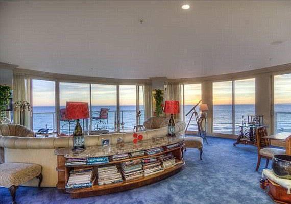 A faltól-falig ablakokon keresztül a Csendes-óceánt kémlelhetik, valamint ragyogóvá teszik a lakást a beáradó fény miatt.