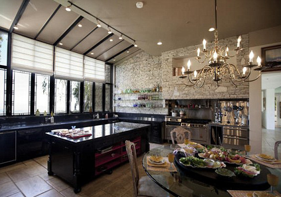 Heaven konyhája minden igényt kielégít, akár nagyobb vacsoratársaságoknak is lehet itt főzni.
