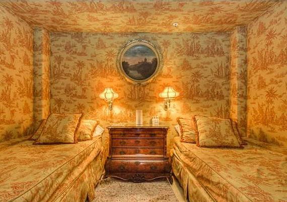A vendégszoba kicsit nyomasztóra sikerült a körülfolyó minták miatt.