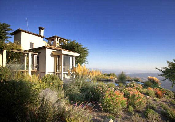 A lakásból lenyűgöző, körpanorámás kilátás nyílik a Csendes-óceánra és a hegyekre.